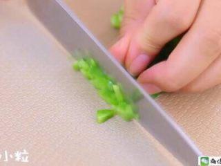 千层蛋包饭 宝宝辅食食谱,<a href=http://www.7349666.com/shicai/shucai/15698.html target=_blank><u>青椒</u></a>切小粒 。