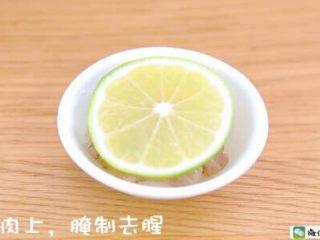 千层蛋包饭 宝宝辅食食谱,柠檬片放在<a href=http://www.7349666.com/shicai/shuichanpin/15662.html target=_blank><u>虾</u></a>肉上,腌制去腥。