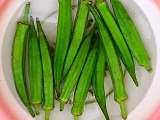 5分钟快手菜  凉拌秋葵,把焯好的秋葵捞出来用冷水过凉