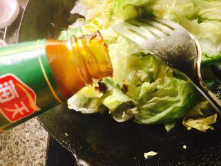 蚝油生菜,放入蚝油
