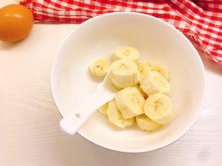 健康无油版香蕉燕麦松饼,香蕉去皮切段