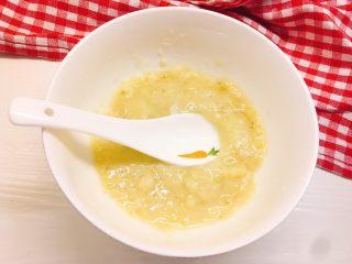 健康无油版香蕉燕麦松饼,用勺子捣成泥