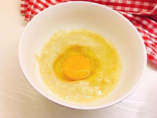 健康无油版香蕉燕麦松饼,打入鸡蛋