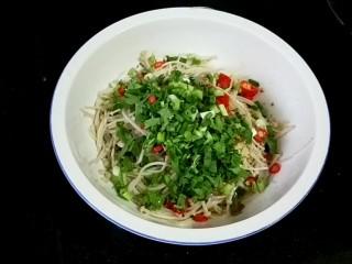 凉拌银针菇,葱,香菜末然后拌匀(由于要分一些不辣的给宝吃,辣椒油后放的)
