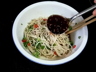 凉拌银针菇,1汤勺辣椒油拌匀