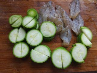 丝瓜炒虾球,丝瓜洗净,切片。因为这个丝瓜很嫩,所以不用去皮