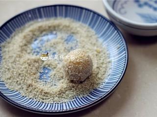红薯麻球,红薯球蘸一些清水,再滚一层白芝麻