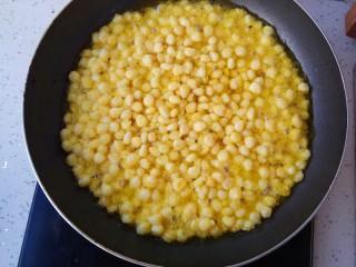 玉米烙,倒入锅里,油要莫过玉米粒