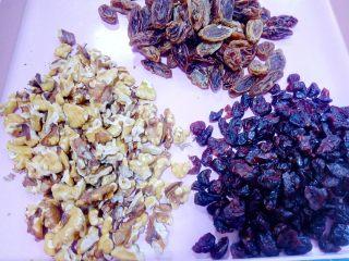 心相印红丝绒麻薯软欧,备好喜欢的果干,也可以加一些红豆沙涂抹。
