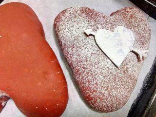 心相印红丝绒麻薯软欧,面团二发至大约二倍大。.用卡纸剪成爱心状盖在二发后的面团上,筛上高粉。