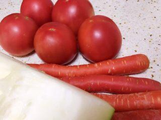 番茄筒骨汤,准备好番茄,胡萝卜和冬瓜。