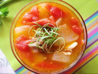 番茄筒骨汤,撒上葱丝,出锅照。