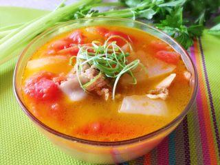 番茄筒骨汤,啃骨头,吃蔬菜,然后汤味很赞,汤太好喝了。
