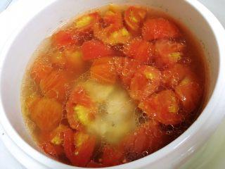 番茄筒骨汤,炖汤模式两小时左右,打开炖锅。放入胡萝卜和冬瓜一起炖汤。