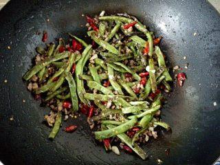 干煸豆角,6.往锅中倒入少许老抽,将豆角放入锅中煸炒匀均,撒少许盐提味,翻炒出锅即可。