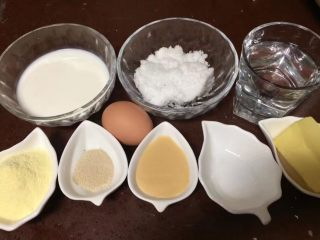 一次发酵吐司面包,所有配料也都称好备用,牛奶、白糖、清水、奶粉、鸡蛋、酵母粉、炼奶、盐,黄油
