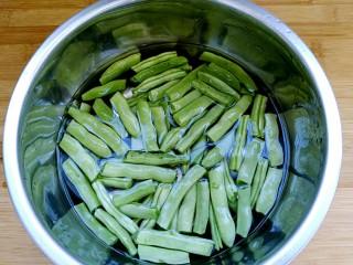 干煸四季豆,四季豆用手掰成适当的长段(自认为用手掰比用刀切好吃!),清洗干净泡十分钟。