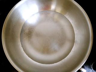 干煸四季豆,锅中放入清水烧开。