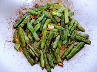 干煸四季豆,用铲子炒均匀后继续铺平,直到豆角成图片这种程度就可以出锅了!