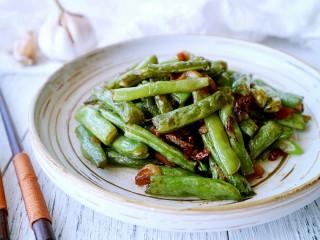 干煸四季豆,出锅装盘,满屋子的蒜香味,可以美美的开吃啦!😊