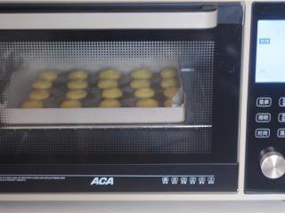 #不一样的泡芙#卡仕达焦糖泡芙塔,挤好后的面糊,在烤之前喷上水。220度的温度先将 烤箱预热,泡芙胚放进去后立刻降低到200度烤15分钟,最 初用高温一次性加热使其膨胀,再降
