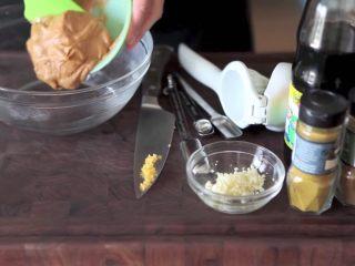 自制烤沙爹牛肉串,撸串在家撸!,在一个大碗里,加入花生酱、热水、大蒜、酱油、孜然、辣椒碎、咖喱粉