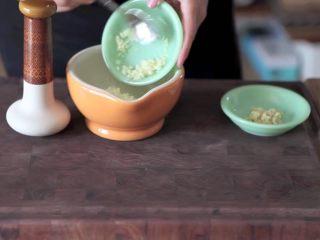 自制烤沙爹牛肉串,撸串在家撸!,将切好的洋葱丁、蒜末、姜末、香菜末锤碎,如果没有工具的话其实把材料切碎就什么都不用做了哈哈