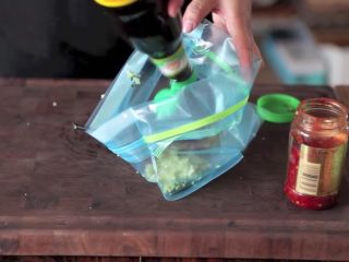 自制烤沙爹牛肉串,撸串在家撸!,在同一个袋子里,加入红辣椒酱、酱油、芝麻油,混合均匀