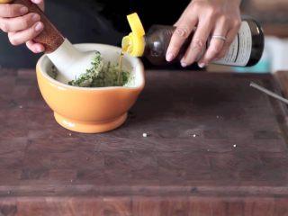 自制烤沙爹牛肉串,撸串在家撸!,过程中加入芝麻油混合