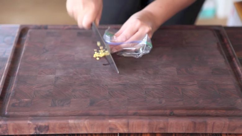 自制烤沙爹牛肉串,撸串在家撸!,为了防止辣手,也可以套上塑料袋来切辣椒,切成小丁