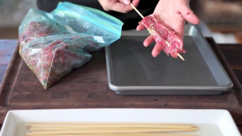 自制烤沙爹牛肉串,撸串在家撸!,家里有小型烧烤炉就可以烧烤啦~同样的方法也可以腌制鸡翅、鸡腿各种肉类