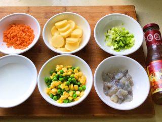 八宝油条,这时候趁虾仁上浆的时候,把胡萝卜切丁,日本豆腐切片,切好葱花备用