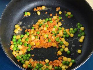 八宝油条,这时锅里有煎好油条的底油,就不用再放油了,把火调大,直接放入青豆玉米翻炒