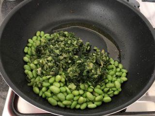 雪菜毛豆炒厚百叶,这时我们用剩下的油来煸炒雪菜和毛豆(如果是新鲜毛豆,可以先煸炒后加少许水盖锅煮熟)