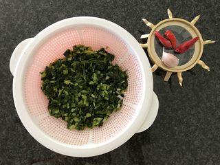 雪菜毛豆炒厚百叶,同时也沥干雪菜