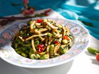 雪菜毛豆炒厚百叶,出锅装盘开吃😋