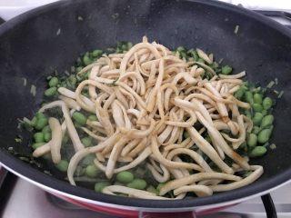 雪菜毛豆炒厚百叶,等毛豆和雪菜的水分煸炒接近收干时,毛豆和雪菜的鲜味也出来了,这时把厚百叶加进来,