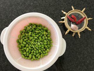 雪菜毛豆炒厚百叶,再把毛豆的水沥干(用新鲜毛豆那是更好的,樱桃因为澳洲没有新鲜的毛豆,只能用速冻食品了)😄