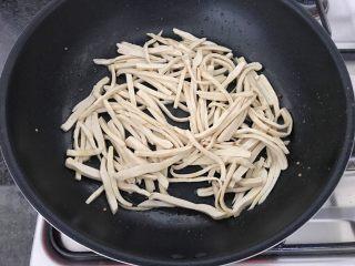 雪菜毛豆炒厚百叶,再倒入厚百叶煸炒
