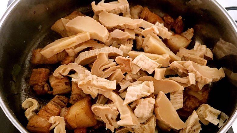 笋干烧五花肉,加笋干炒匀