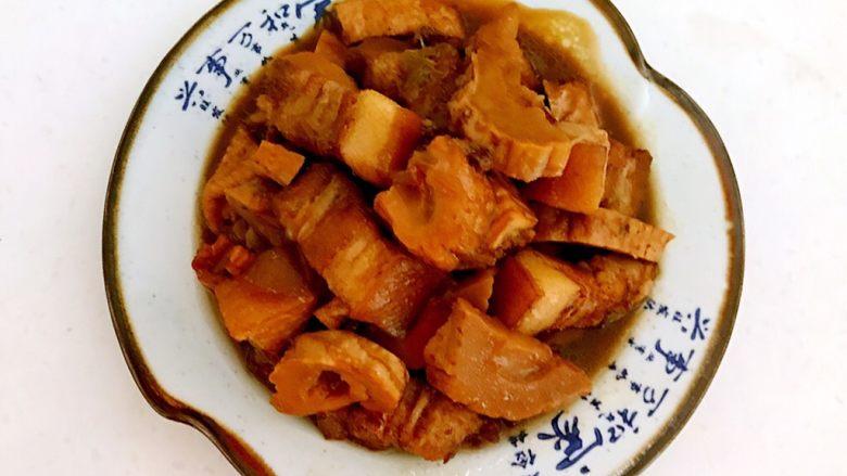 笋干烧五花肉,把笋干五花肉打到盘子里