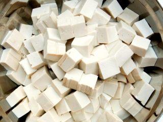 麻婆豆腐,白豆腐用清水浸泡后,均匀切成大约1.5厘米大小的豆腐丁备用。