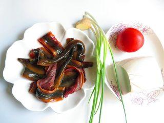 私家番茄豆腐鳝鱼汤,先准备好所需食材,鳝鱼先处理好