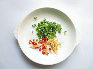 私家番茄豆腐鳝鱼汤,葱姜辣椒切碎处理好