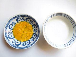 私家番茄豆腐鳝鱼汤,在煮的过程里我们先来准备好鸡蛋液和将淀粉水勾兑好