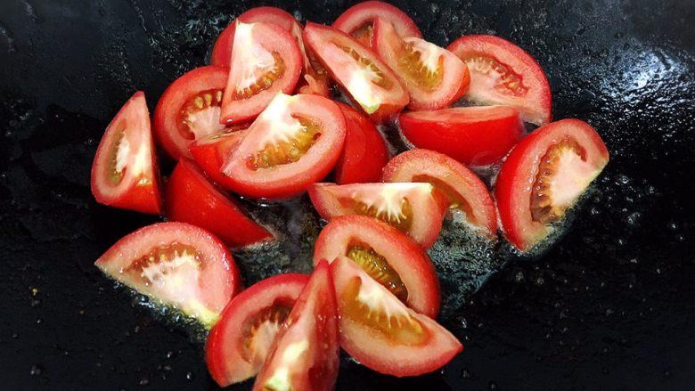 番茄滑蛋炒牛肉,接着下油炒番茄,炒至微软出水