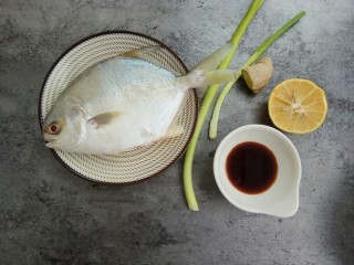 清蒸金昌鱼,首先准备好食材,将金昌鱼去腮洗干净