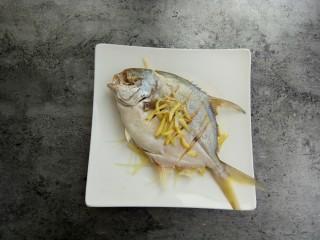 清蒸金昌鱼,将蒸鱼豉油和温开水水兑一下,2勺蒸鱼豉油,2温开水勺水