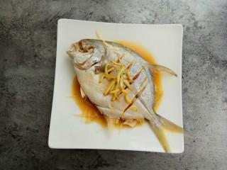 清蒸金昌鱼,可以慢慢浇保证每个地方都有蒸鱼豉油