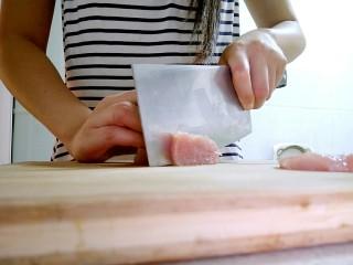 鲜美无比的香菇莲藕鲜肉包,把里脊肉切成小块。